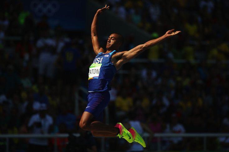 Ashton Eaton (EE.UU) compite en el salto de longitud.