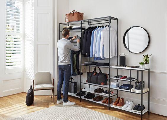 Resultado de imagem para homem organizando o closet