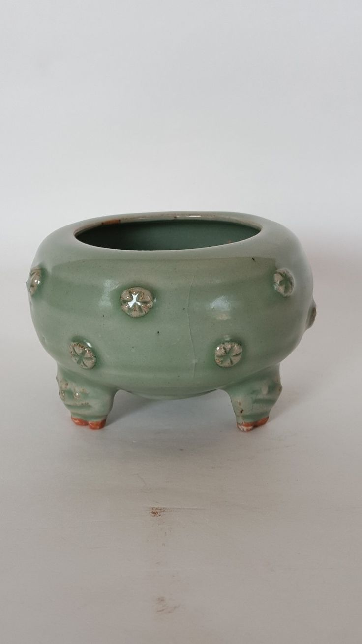 A chinese Longquan Celadon Tripod. Yuan Dynasty.