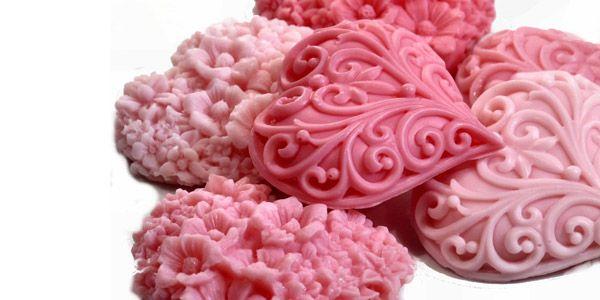 Sabunlar, kokulu taşlar, banyo tuzları... Rengarenk, farklı şekil ve kokularda hem fonksiyonel hem de dekoratif banyo aksesuarlarının yapımını öğrenmek ister misiniz?  https://www.meraklisiicin.com/el-sanatlari/sabun-tanecikleri/kokulu-sabun-ve-kokulu-tas-yapim-kursu