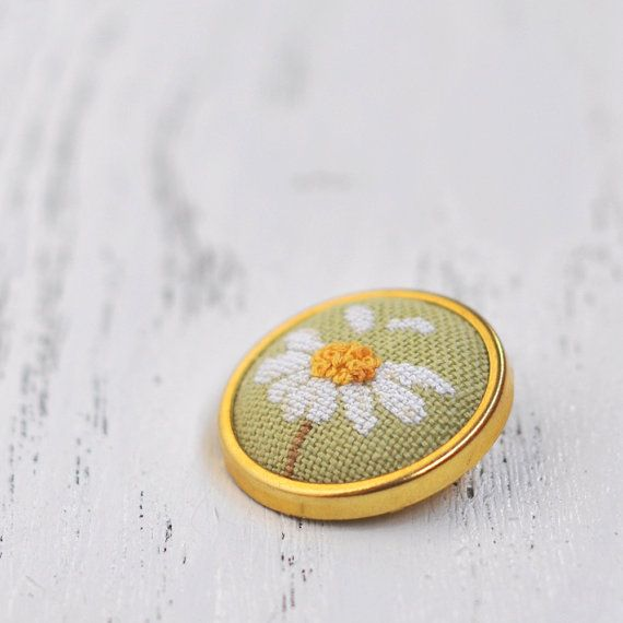 Daisy Brooch Pin // Boho chic // Hand Embroidered Floral Brooch // Summer Jewelry // Botanical Pin