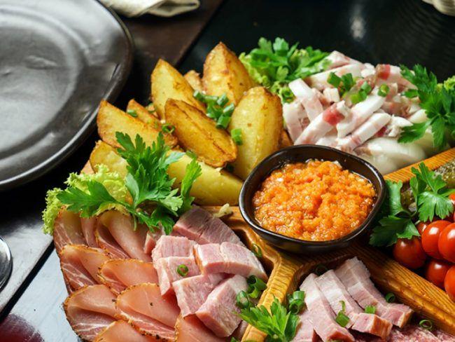 Υλικά Πατάτες φούρνου ( βλ. συνταγή ) Φέτες και κύβοι αλαντικών της αρεσκείας σας Ντοματίνια ( αν σας αρέσουν και αγγούρια, ραπανάκια κα) Κριτσίνια 1 ματσάκι μαϊντανού Ντιπ πιπεριάς 240γρ (2) πιπεριές Φλωρίνης* - 100γρ τυρί κρέμα - 100γρ γιαούρτι στραγγιστό - 60ml (1/4
