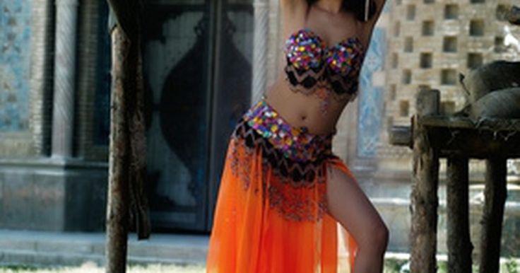 """Cómo hacer un disfraz de bailarina árabe. Bedleh, que significa """"traje"""" en árabe, es el término utilizado para referirse a un traje de bailarina estilo cabaret, que consiste en un sostén con mostacillas, un cinturón y una falda. Sin embargo, para comprar uno de estos disfraces ya hechos, puedes gastar más de US$500, de acuerdo a las estimaciones de precio del 2010. Para hacer el disfraz, ..."""