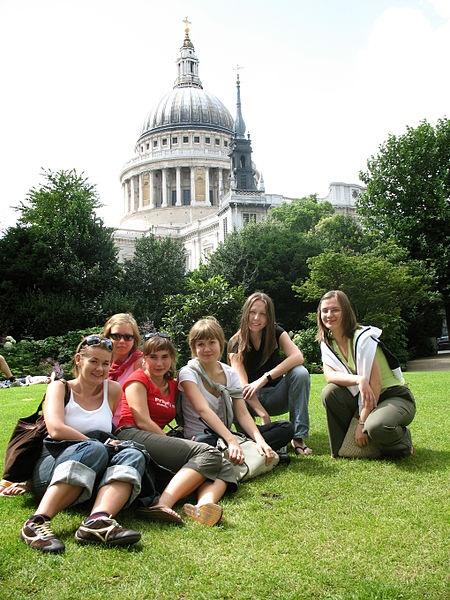 """Wakacyjne staże w Londynie i Brukseli! Instytut Monitorowania Mediów organizuje konkurs stażowy dla studentów pod nazwą """"PRaktykuj za Granicą"""". Zwycięscy zyskają szansę odbycia wakacyjnego stażu w Londynie i Brukseli."""