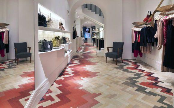 Foram utilizados 5.644 tacos para forma esse piso de taco pintado em uma loja de roupas (Foto: Reprodução/Raw-Edges)