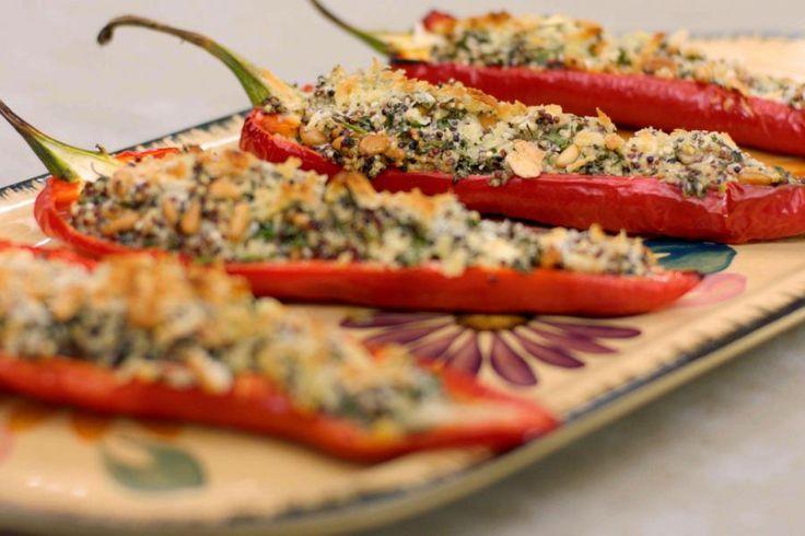 De gevulde (zoete) puntpaprika's zien er frivool uit en ze hebben een milde zuiderse smaak. Presenteer ze als voorgerecht, of - in dubbele hoeveelheden - als volwaardig vegetarisch hoofdgerecht. Serveer er in dat geval een frisse groene salade bij, bijvoorbeeld op basis van karaktervolle rucola.