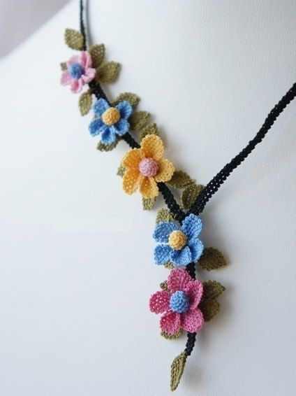 collana floreale mini giallo blu rosa vintage di needlecrochet