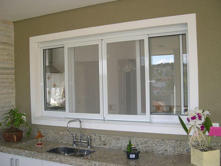 Janelas de PVC  Com vidros duplos, as janelas de vinil ou PVC oferecem excelente isolamento térmico e acústico. Os indicadores velhos são, muitas vezes, substituídos por toda a casa por novas janelas de vinil. Além de branco, outros acabamentos estão disponíveis, tais como a cor de madeira. O Vinil requer pouca manutenção.O PVC é geralmente lembrado como um material barato e comum, mas pode criar belas esquadrias e janelas, como esta