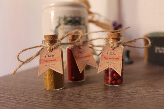 Segnaposto con spezie in piccole ampolle di vetro