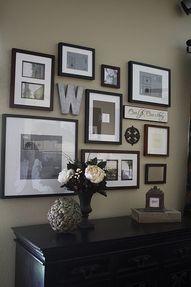 Un mur de photos en noir et blanc