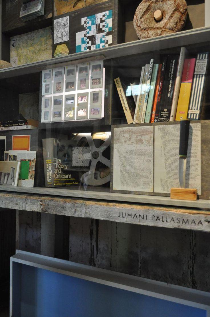 La scatola di Juhani Pallasmaa è una miscellanea di immagini di opere d'arte, saggi di teoria e critica cinematografica e libri di filosofia come i Dialoghi di Platone