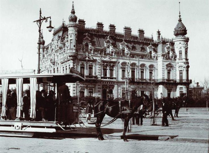 Palatul Sturdza şi, în faţa lui, un tramvai cu cai – Fotografie din arhiva Muzeului Municipiului Bucureşti