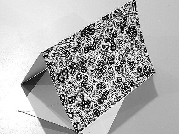 Wenskaart afdrukken van een zwart-witprinter abstracte pen en inkt tekenen.  Mitose functies amoeba/bacteriën geïnspireerd biologische patronen en gevuld met andere ingewikkelde conceptuele details.  145 x 105 mm 200gsm vouwkaart met inbegrip van de envelop en plastic beschermhoes.  Leeg interieur voor het toevoegen van uw eigen bericht, of gebruiken als vrijstaande weergave afdrukken.