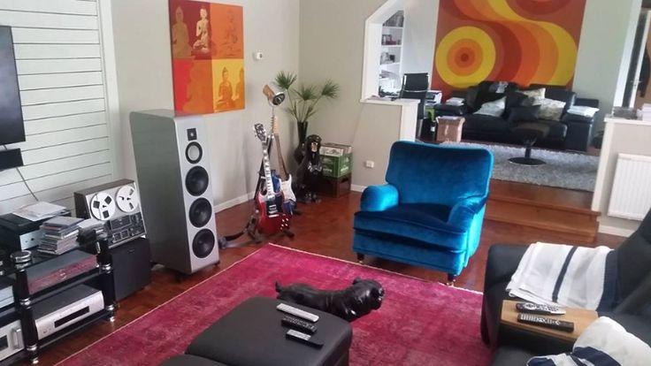 Blå Lejonet howardfåtölj i sammet. Fåtölj, howard, mässing, hjul, vintage matta, rosa, möbler, inredning, vardagsrum. http://sweef.se/