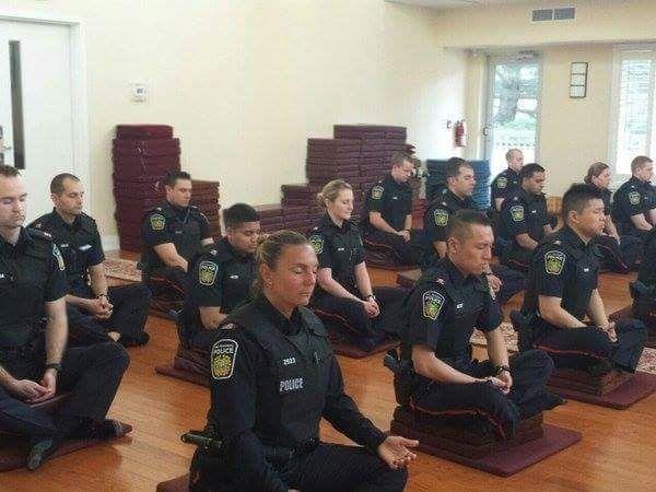 Oficiales del cuerpo de policía de #Canadá comenzando su jornada con unos minutos de #meditación...