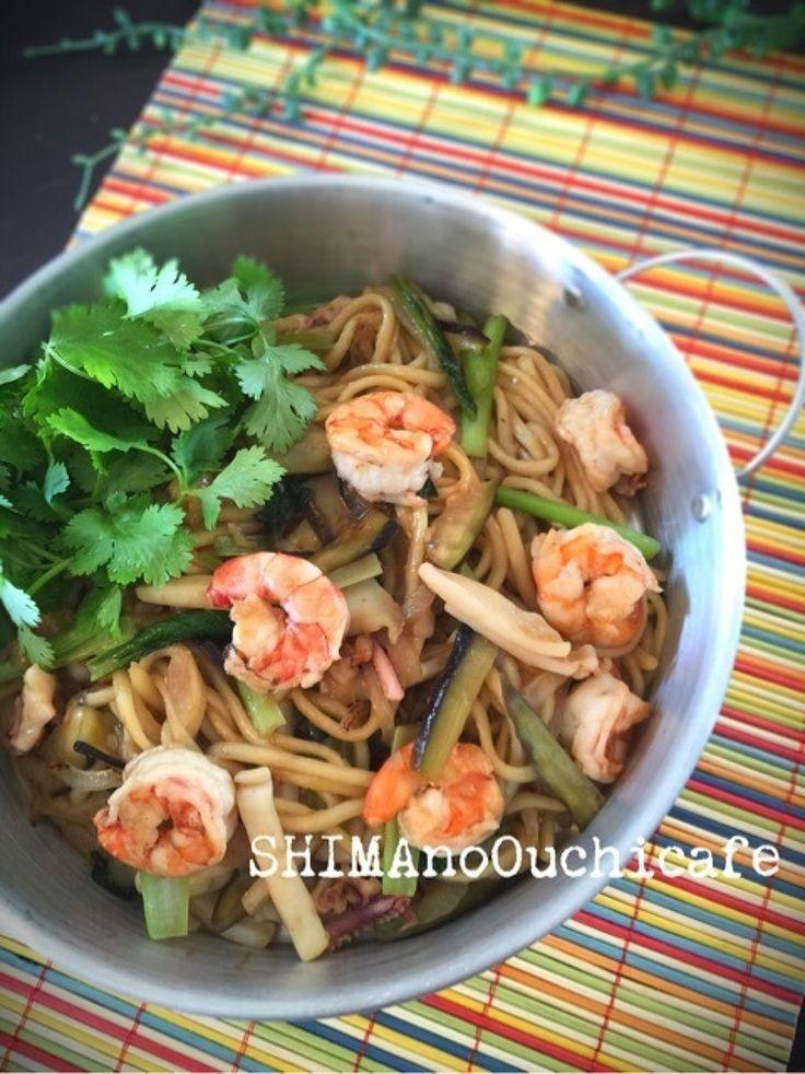 タイ風焼きそばパッタイ風 青菜とシーフードの焼きチャンポン by SHIMA / 微妙に余っているお野菜や魚介やお肉が役立つレシピと言えば焼きそば~♪味付けはタイ風焼きそばパッタイ。本来は米粉でできた麺や太めのビーフンを使うのですが、スーパーにある物で♪ちょっと太めのチャンポン麺でガッツリ~パッは「炒める」、タイはタイ王国国の名前が入る程ポピュラーなメニューだそうですよ~で、日本のポピュラーメニューに焼きそばソースがある様に(笑)タイにも / ナディア