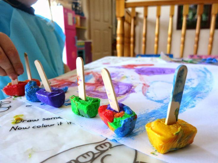 Pintar con cubitos de hielo de pintura. Learn with Play at Home: Paintsicles. Frozen paint cubes for creative fun.