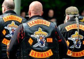 17-May-2014 7:31 - TREFFEN MOTORCLUBS VOORKOMEN. De politie in Keulen heeft een treffen tussen gewapende Hells Angels en de rivaliserende motorclub Bandidos weten te voorkomen. Acht Hells Angels zijn opgepakt, meldt het Duitse persbureau DPA. Agenten waren in het centrum van de stad bezig met een controle van de Bandidos-groep toen 15 Hells Angels kwamen aanrijden. Die laatste groep was gewapend met onder meer honkbalknuppels en bijlen. Om de groepen uit elkaar te houden zijn zo'n...