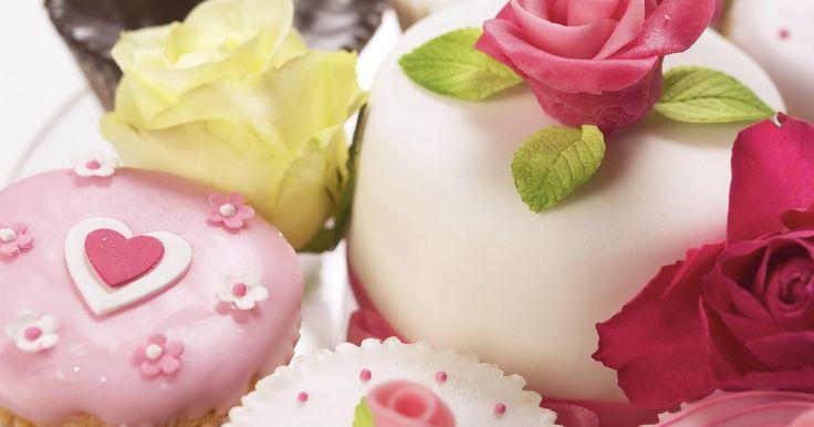 Cómo hacer flores de pasta de azúcar. La pasta de azúcar, también conocida como pasta de goma, pastillaje o goma de azúcar, es una masa comestible a base de azúcar. Es un material muy usado para hacer decoraciones de torta porque es macizo, fácil de usar y puede ser moldeado en casi cualquier forma. Busca esta pasta en el negocio de artesanías de tu barrio, en una tienda de decoración ...