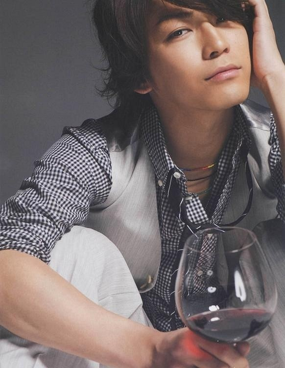 ワイン片手に持った亀梨和也