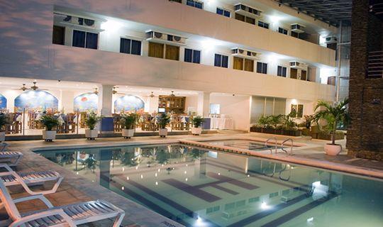 Piscina de noche  y restaurante al fondo HOTEL TAYRONA SANTA MARTA