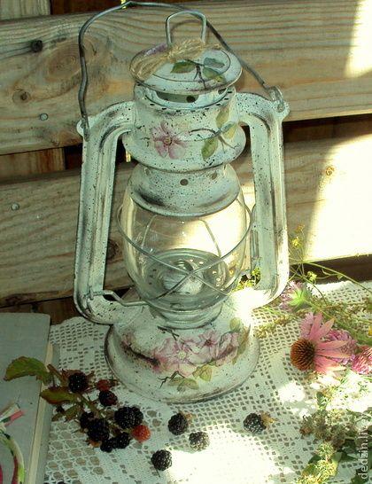 Лампа керосиновая `Ежевичный цвет`. Старенькая керосиновая лампа в деревенском стиле украсит дачный, и не только, интерьер, внесет романтичные нотки в простое чаепитие теплым вечером на веранде. Вполне функциональная. Приятный подарок любителям старины.