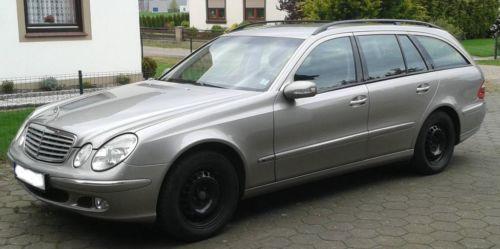 Ich verkaufe hier privat meinen Mercedes CDI 270 Elegance Diesel Kombi Baujahr 2003 mit 215.000 km Automatik. Das Fahrzeug hat eine gehobene Ausstattung, bis auf Leder und Navi ist eigentlich alles da. Das Fahrzeug liegt mit EURO 3 bei etwa 410 € Steuer pro Jahr. Der Verbrauch liegt bei mir durchschnittlich bei 6,5 l / 100 km. Bis auf den leichten Riß an der hinteren Stoßstange (siehe Foto) ist das Fahrzeug in einem sehr gepflegten Zustand. Achtfache Bereifung, ohne Xenon sondern mit…