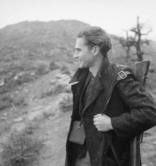 Ο Κώστας Μπαλάφας με το όπλο στον ώμο και τη φωτογραφική του μηχανή κρεμασμένη στο στήθος, αντάρτης στην Ήπειρο ( Ζαγόρι, 1943)
