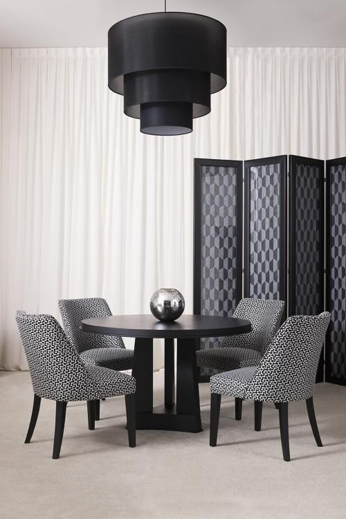 Geometric patterns triumph – Dining room Geometric patterns, deco textures, black and white colours: the Sixties are back in interior design with a sophisticated brand new look! Mixing and matching fabrics and leather, wall covering and decorations for a stunning optical effect.