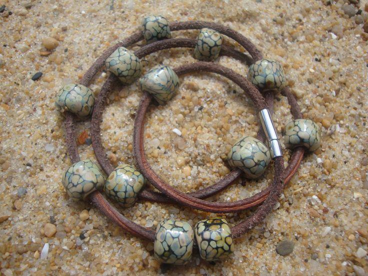3-dubbele leren armband met Raku kralen...'slangenleer look', afgewerkt met rvs buisslot.