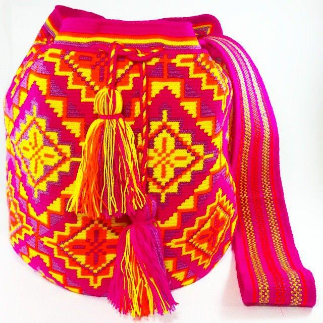 """""""PC752 #Mochila #wayuu #fucsía #disponible #eliwayuubags #arte #tradición &…"""
