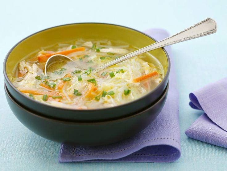 Wärmt und stärkt so eine Suppe. Reisnudelsuppe mit Hühnchen - smarter - Zeit: 30 Min. | eatsmarter.de