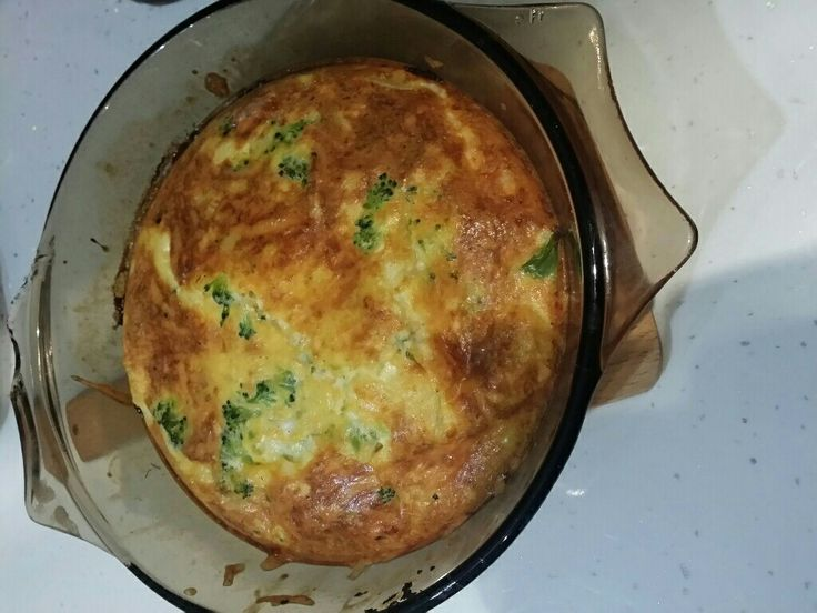 Rövid idő alatt szuper reggelit készíthetünk pár rózsa brokkoliból, tojásból, és sajtból. Próbáljátok ki ezt a Tészta nélküli brokkolis quiche receptet!