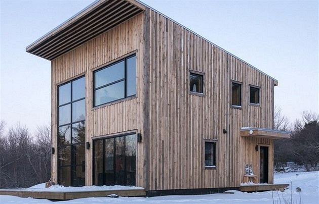 V západním Boltonu v kanadské provincii Québec loni vyrostl jednoduchý minimalistický dům. Postavil si jej svépomocí devětadvacetiletý tesař Alexander Désourdy podle návrhu kamaráda architekta Francise Pelletiera.
