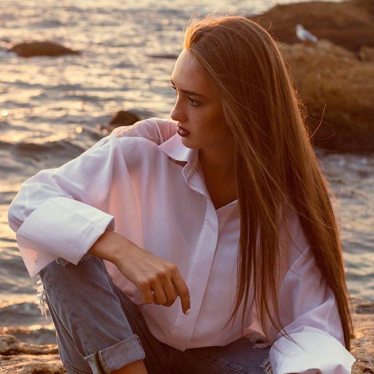 девушка в гавайской рубашке