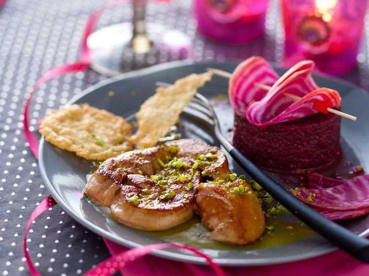 Découvrez la recette Foie gras poêlé, purée de betterave à l'huile de pistache sur cuisineactuelle.fr.