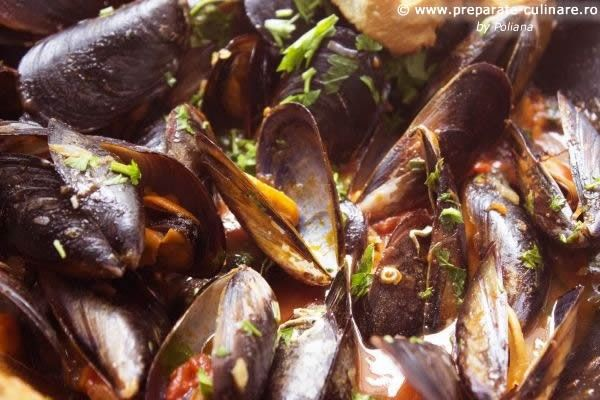 Steamed mussels in white wine and tomato sauce