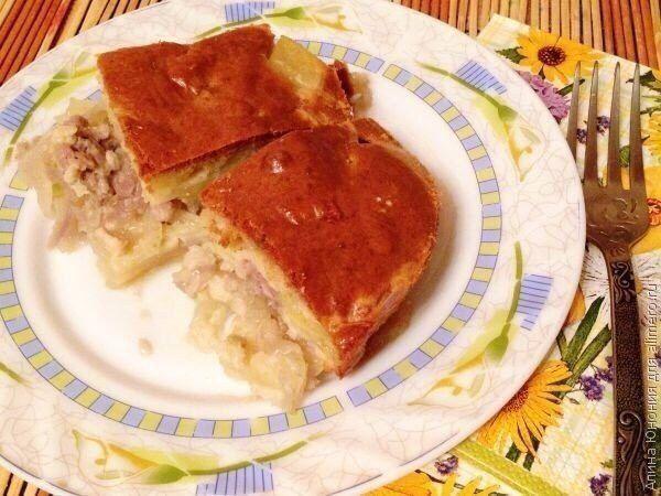 Мясной пирог за 15 минут!  Ингредиенты:  Начинка: Мясо (свинина) — 400–500 г Лук репчатый — 2 шт. Картофель — 4–5 шт.  Тесто: Мука — 250 г Яйца куриные — 3 шт. Майонез — 100 г Сметана — 100 г Сода — 0,5 ч. л. Соль, перец — по вкусу  Приготовление:  1. Начнем с мяса, т. к. нарезанный картофель быстро темнеет. Кстати, мясо можно взять любое — говядину, телятину, курицу, свинину. У меня как раз был полукилограммовый кусочек нежирной свинины, который я измельчила на мясорубке. Щедро солим и…