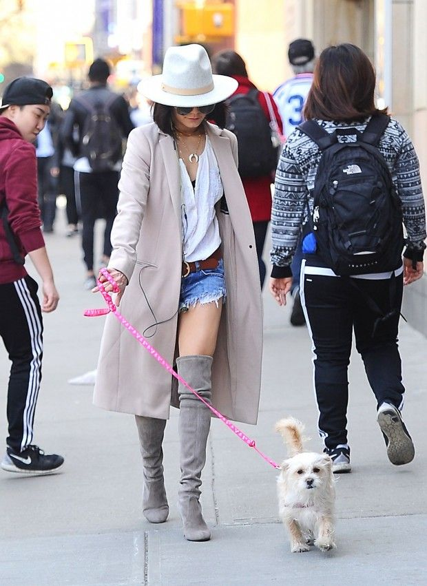 Vanessa Hudgens com look boho chic , com botas botas over the knee e  trench .: