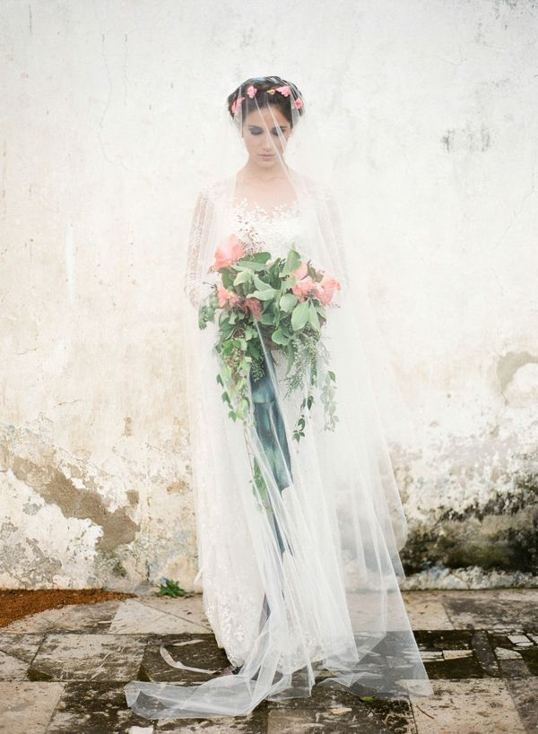 цветы в волосах и пышный букет невесты - романтичный свадебный образ