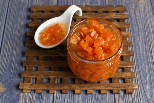 Раскладываем варенье из моркови с имбирём и лимоном в стерилизованные банки