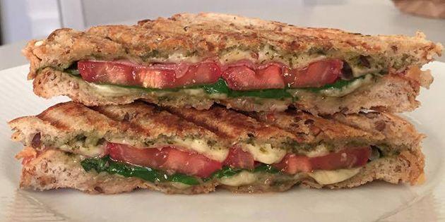 Lækker og sprød panini med pesto, skinke og smeltet ost.