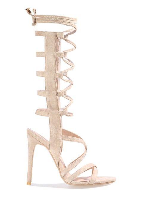 Dans ces sandales à talons hauts en velours nude, vous allez vite devenir la reine de la nuit. Portez ces spartiates à talons nude avec un body femme nude et une jupe crayon blanche pour un look digne de Kim K.