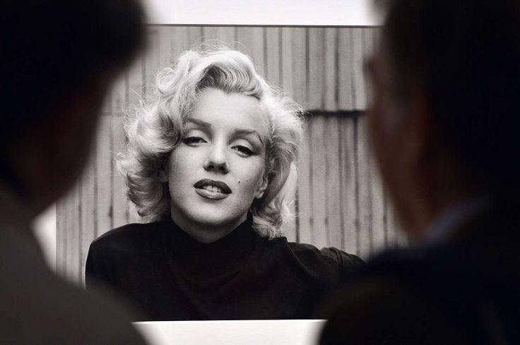 """Los visitantes miran a Marilyn Monroe, Hollywood,  1953, de Alfred Eisenstaedt en la revista Life. """"I grandi fotografi"""" exposición en Roma de 150 imágenes tomadas para la revista Life. (AFP)"""