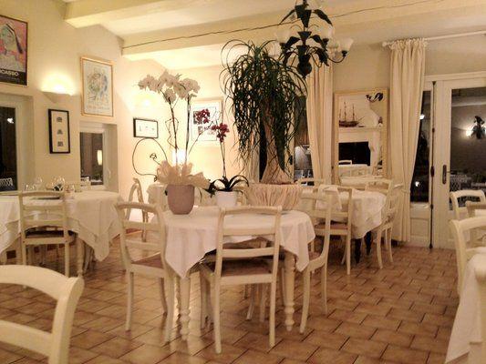 LE MAS DES VIGNES - St Estève - 84410 Bedoin  Cuisine classique avec des plats de saison : risotto d'épeautre, joues de cochon du Ventoux et un menu autour du homard. Remarquable vue sur la plaine du Comtat pour un dîner inoubliable avec coucher de soleil pour les romantiques ... Pas de carte bleue. Menu à partir de 38 € Réservation à la Maison de Tourisme