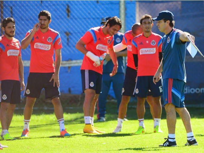 'CHEPO' SACUDE ALINEACIÓN DE CHIVAS || El portero Luis Michel regresaría a la titularidad, además de otros cambios. Aldo de Nigris, Omar Bravo y Alberto García conformaron su primera delantera.