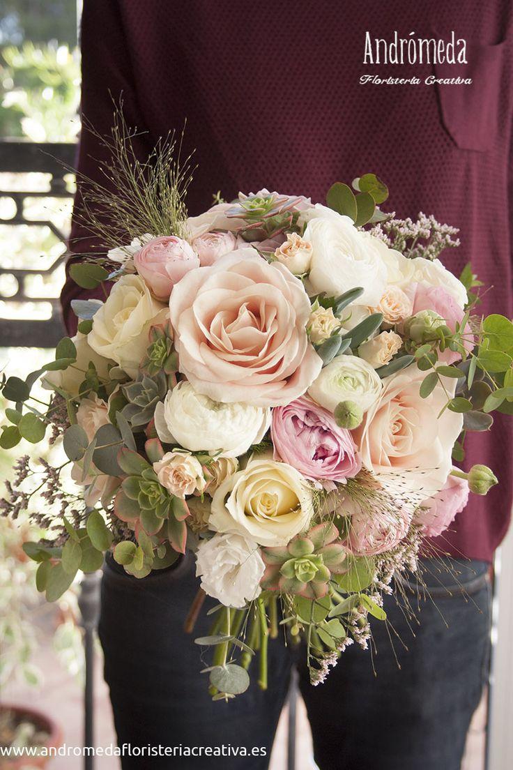 Ramo de novia con flores románticas en tonos pastel y plantas crasas
