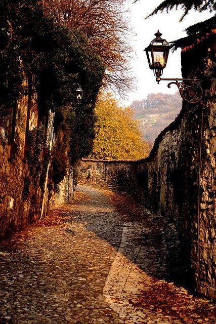 La salita al Castello in autunno