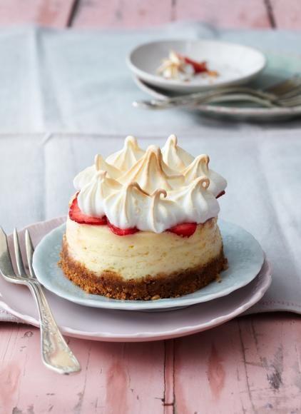 Cheesecake-Törtchen mit Erdbeeren und Baiser
