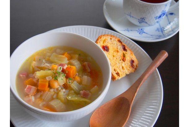 スコットランドの伝統的なスープ「スコッチブロス」。大麦(押し麦)、お野菜、羊肉などを合わせてコトコト煮込んだ素朴なスープです。